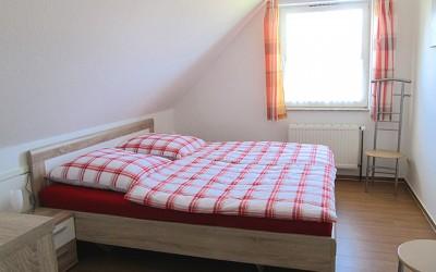 Wohnzimmer Mit Couch In Der Ferienwohnung Schlafzimmer Der ...